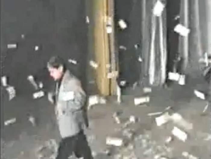 VIDEO Ploaie de bani la concertul lui Adrian Minune! Manelistul face faţă cu greu avalanşei de dedicaţii