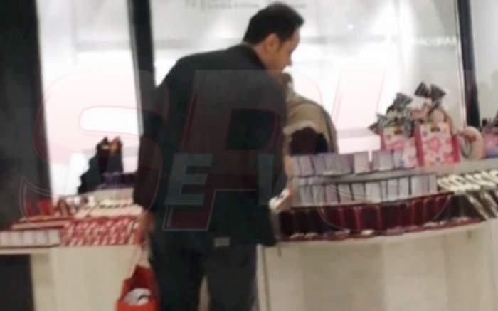 VIDEO Măruţă are nevoie de ajutor specializat pentru a cumpăra mărţişoare! Uite cum îl ajută Andra până se pierde în poze cu fanii