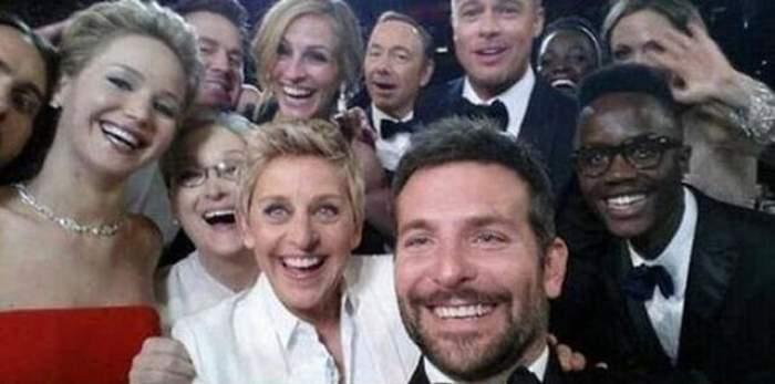 Cel mai amuzant moment de la premiile Oscar! Liza Minelli s-a aruncat la propriu peste ceilalţi actori. Uite cum se chinuie actriţa să intre în cea mai distribuită poză din toate timpurile