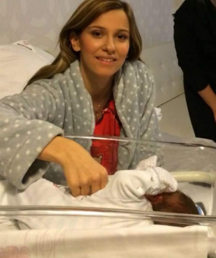 Poza asta face cât o mie de cuvinte! Uite-l pe bebeluşul Danei Rogoz alături de două vedete extrem de emoţionate