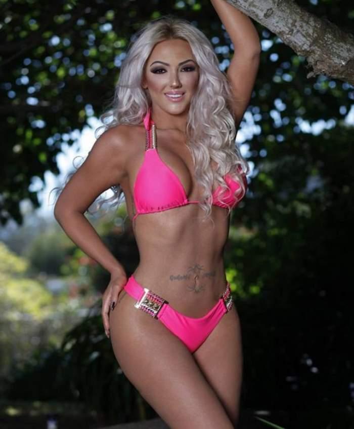 VIDEO Uite cum realizează Alexandra Harra aceste poze sexy! Blonda şi-a supt burta şi...