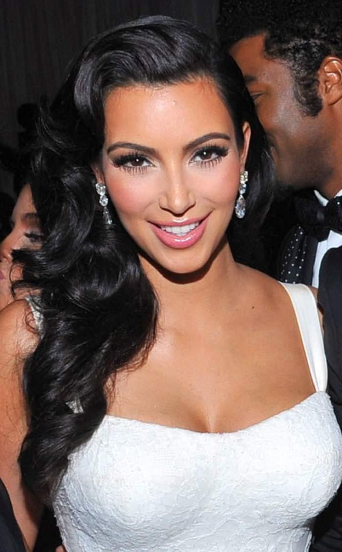 Kim Kardashian îşi arată abdomenul, fără nicio jenă! Uite cum arată cu adevărat trupul vedetei!