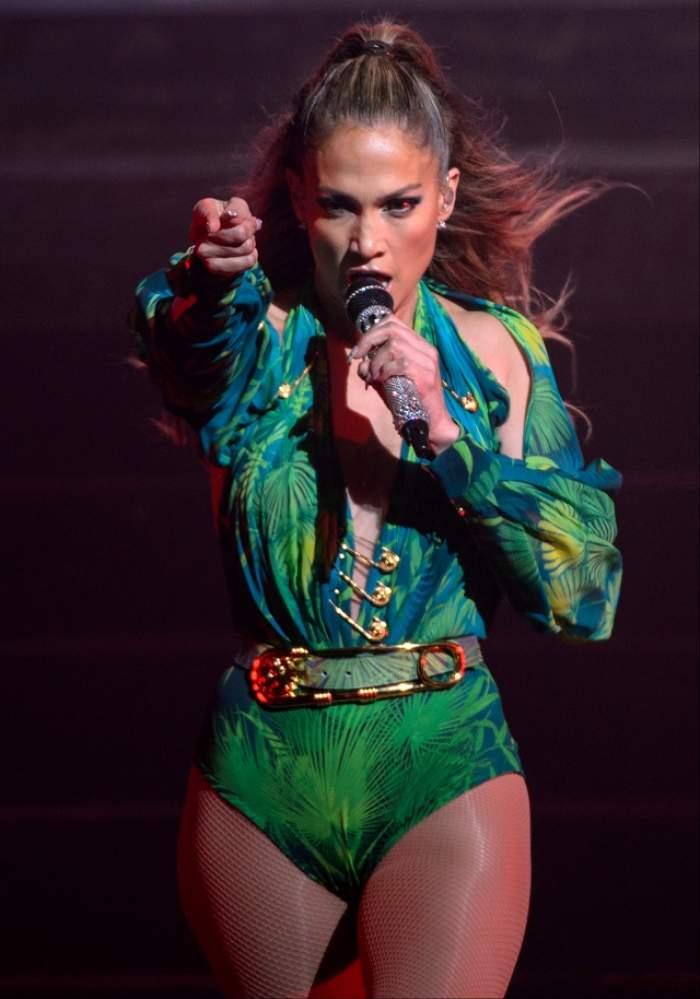 FOTO Mai are puţin şi împlineşte jumătate de veac, dar face show-uri erotice pe scenă! Jennifer Lopez şi-a etalat posteriorul din toate poziţiile!