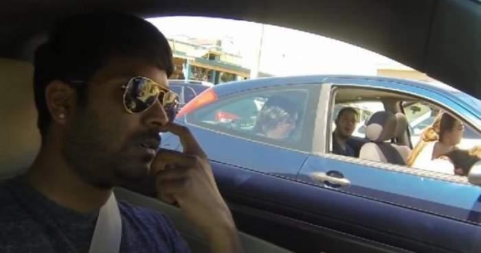 """VIDEO Din ciclul """"Ce farse se pot face în trafic""""! S-a scărpinat în nas şi a filmat întreaga scenă! Cum au reacţionat ceilalţi şoferi"""