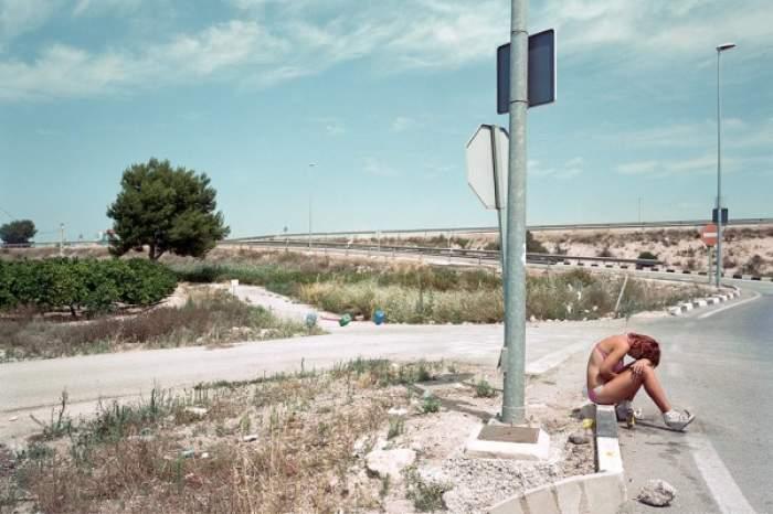 Imagini inedite cu prostituate, pe margine drumului, în aşteptarea clienţilor