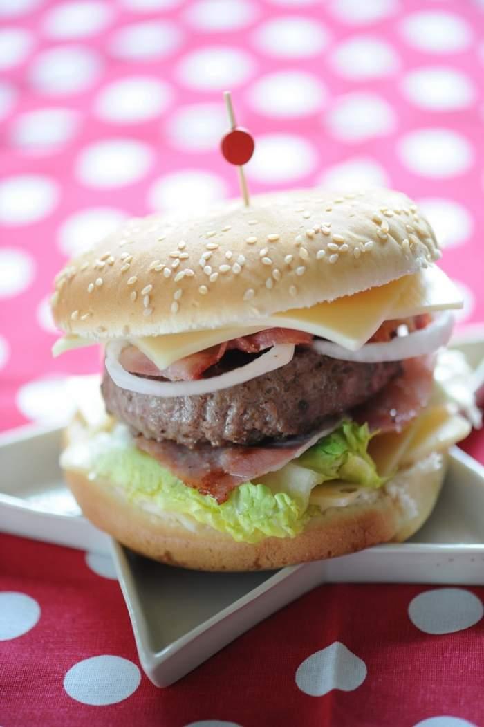 VIDEO Rămâi ŞOCAT! Iată cum arată un cheesburger în stomacul tău!