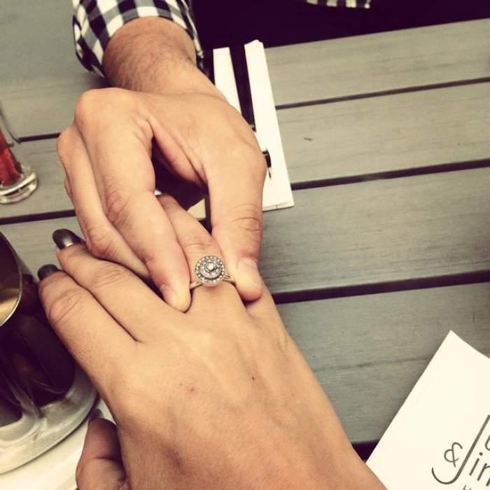 O cântăreaţă de la noi, în al nouălea cer! A fost cerută în căsătorie la Paris! Inelul de logodnă e bătut în diamante gri