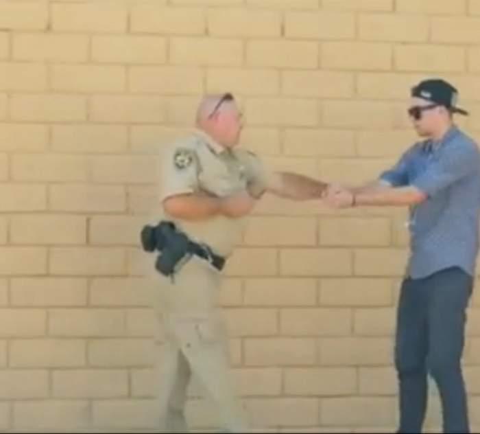 VIDEO / A vrut să facă o farsă unui polițist. Totul era să se termine foarte rău