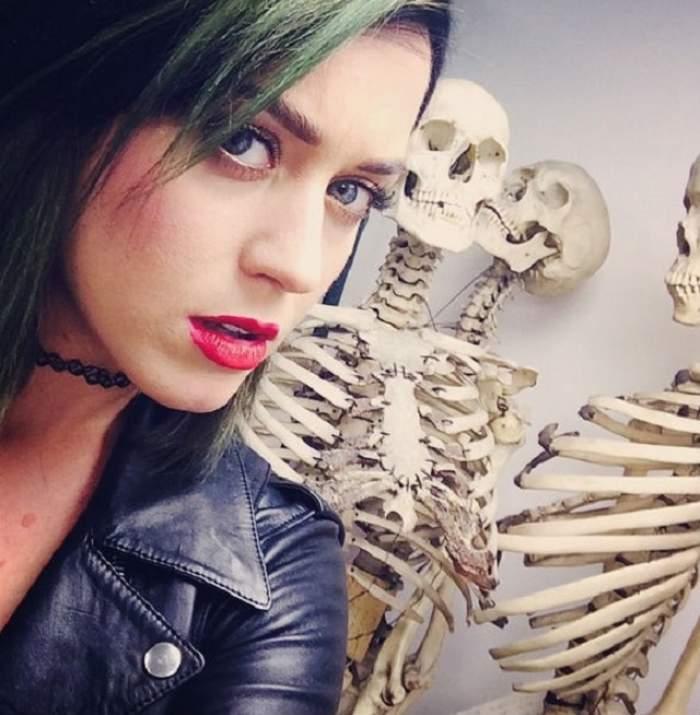 VIDEO Groaznic! Katy Perry şi-a găurit nasul în faţa tuturor fanilor!