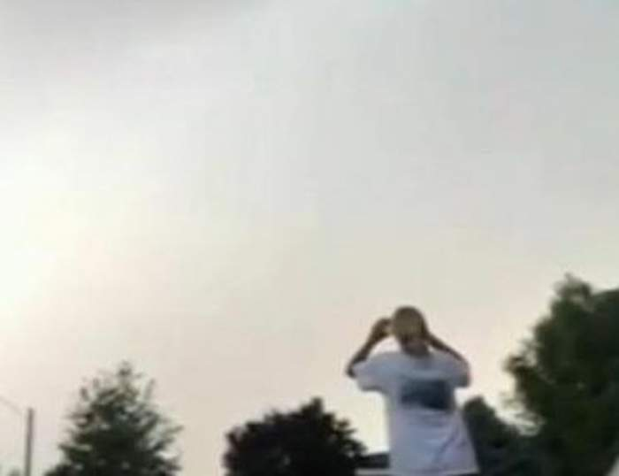 VIDEO / O femeie a fost lovită de fulger! Momentul a fost filmat de către fiica sa