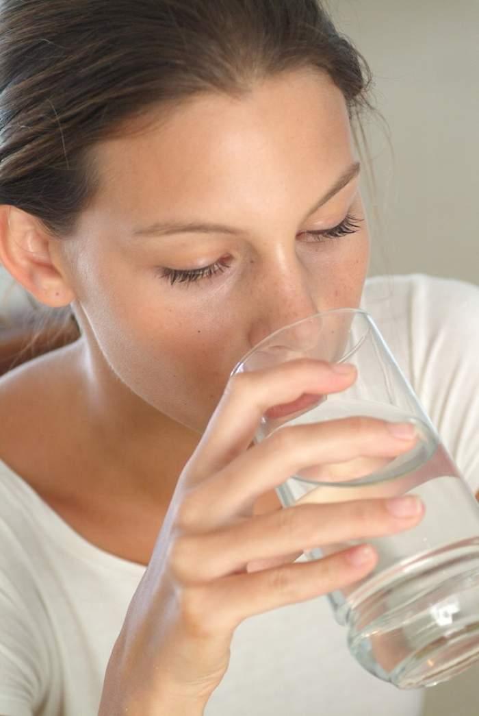 De ce e bine să bei apă caldă pe stomacul gol