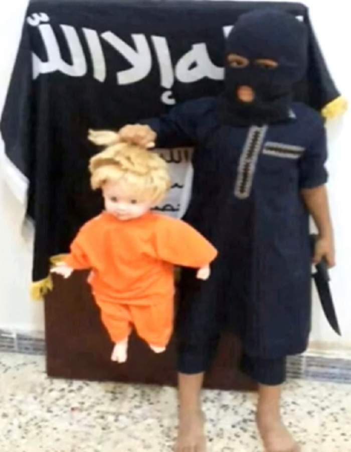 """VIDEO ÎNGROZITOR / Un copil decapitează o păpuşă, într-o """"reconstituire"""" a execuţiei lui James Foley"""