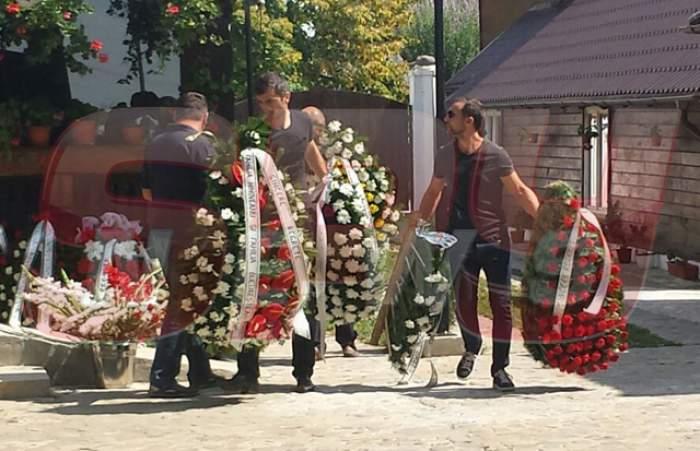 VIDEO / Mihaela Rădulescu, îngenuncheată de durere! Tatăl ei a fost înmormântat în cimitirul bisericii din Izvorani!