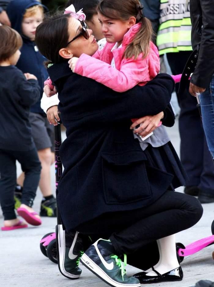 Neatenţia a dus-o în culmea tristeţii! Fata lui Tom Cruise şi a lui Katie Holmes nu se poate opri din plâns! Se oferă recompensă!