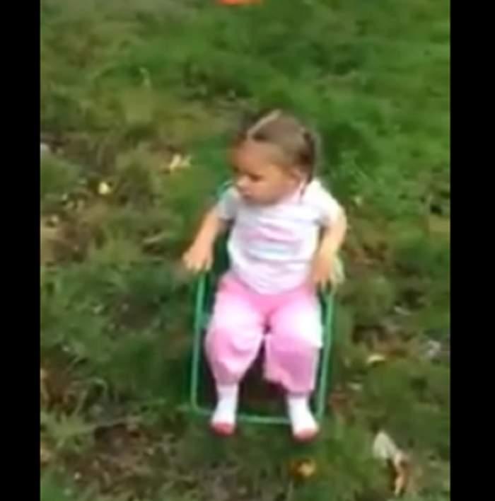 VIDEO ULUITOR! Are doar doi ani, dar înjură de mama focului după ce acceptă Ice Bucket Challenge