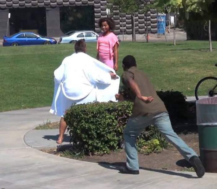 VIDEO / Mamele au înnebunit de furie! Un tip cu halatul descheiat le-a agresat copiii!