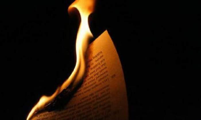 A dat foc Bibliei şi apoi a urinat pe ea! Nu o să-ţi vină să crezi ce a urmat