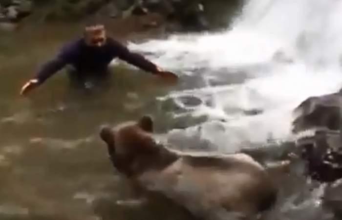 VIDEO/ Când prietenia depăşeşte orice graniţă! Ce fac un bărbat şi un urs în apă