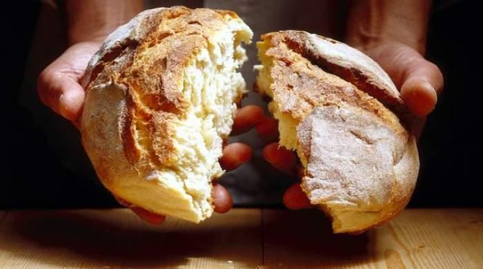 Au comandat o pâine şi au avut parte de şocul vieţii! Ce le-a apărut în faţa ochilor când au rupt-o