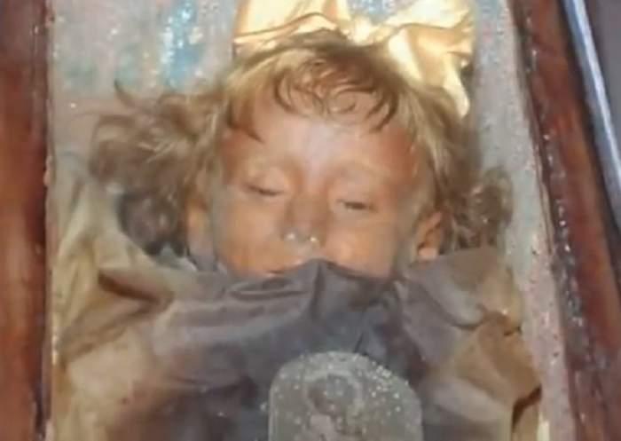 VIDEO/ O fetiţă mumificată acum 94 de ani, dă fiori reci pe şira spinării!