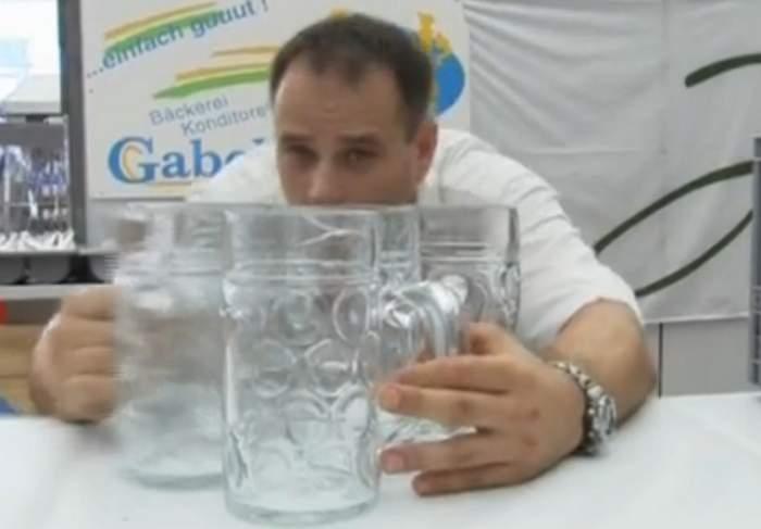 VIDEO  / Să vezi şi să nu crezi! Un bărbat a cărat 27 de halbe cu bere cu mâinile goale