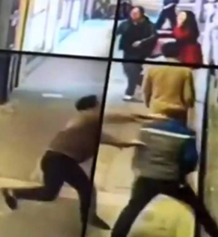 VIDEO /  Măcel în stradă! Un bărbat cu probleme psihice i-a înjunghiat pe toţi cei care-i ieşeau în cale