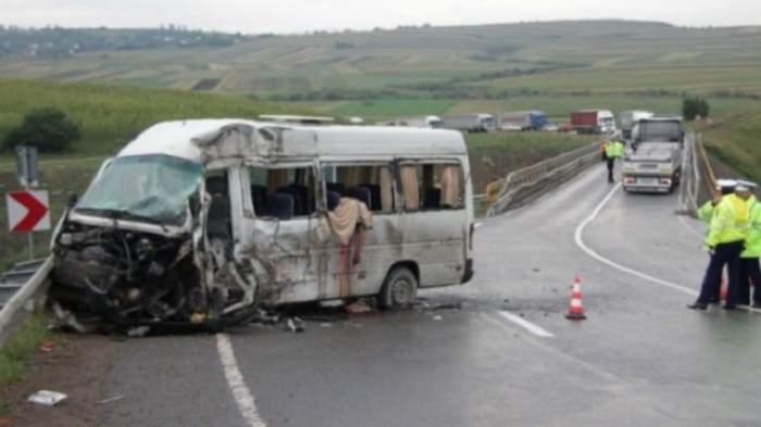 Accident cumplit! Un mort şi 9 răniţi, după ce un microbuz a fost izbit violent de un alt autoturism