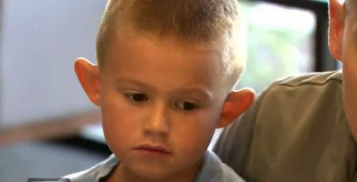 """VIDEO / Are şase ani, dar a trecut prin şase operaţii estetice pentru a scăpa de """"urechile de elf""""! Cum arată micuţul acum"""