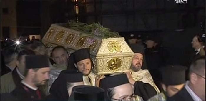 Mii de credincioşi au înfruntat frigul pentru a ajunge la moaştele Sfintei Cuvioase Parascheva! Imagini neaşteptate cu pelerinii!