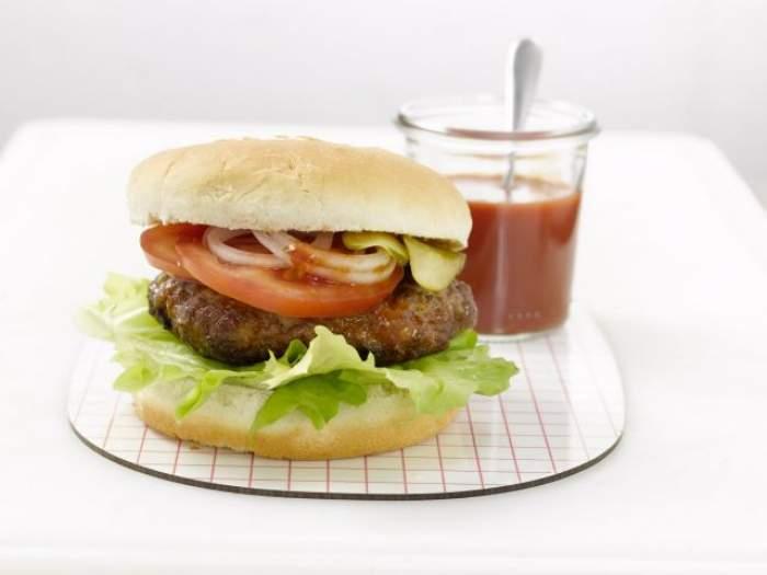 REŢETA ZILEI - DUMINICĂ: Hamburgeri gustoşi făcuţi acasă