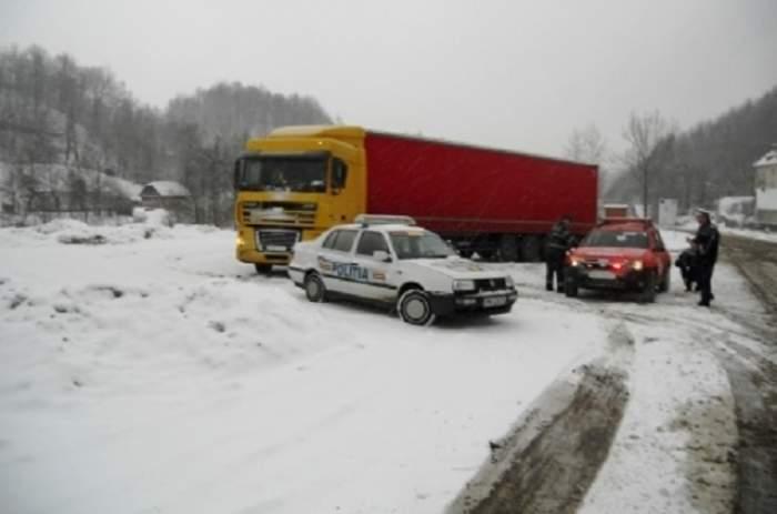 Traficul rutier, restricţionat pe DN 17A din cauza ninsorii care creează probleme şi pe calea ferată