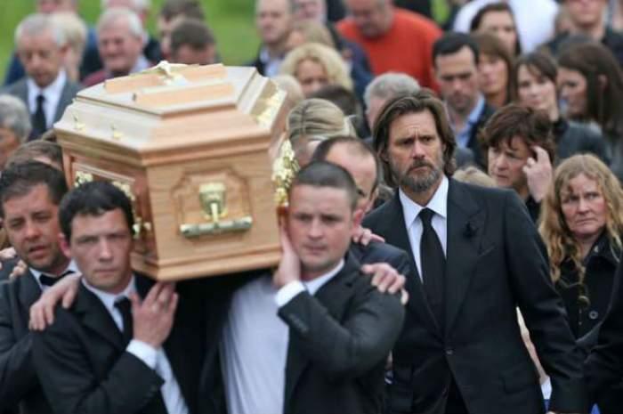 Jim Carrey şi-a condus fosta iubită pe ultimul drum! Extrem de abătut, actorul a purtat sicriul pe umeri