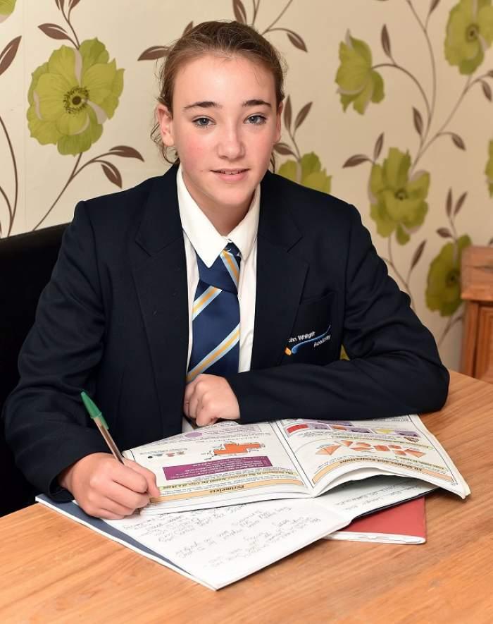 Alergică la şcoală! Cum arată adolescenta care va învăţa tot restul vieţii în camera ei