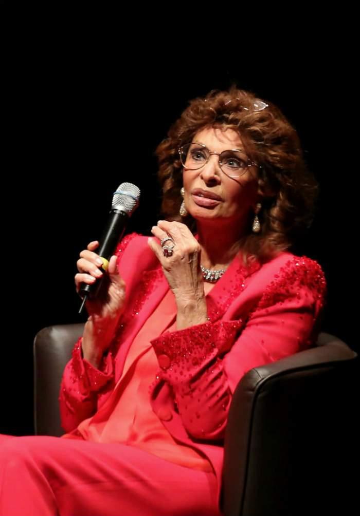 FOTO / A vrut să râdă, dar a nu a lăsat-o botoxul! Sophia Loren, la 81 de ani! Ce părere ai despre cum arată?