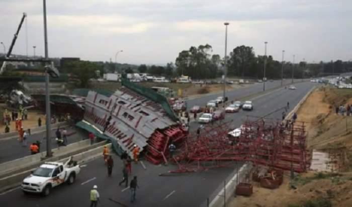 VIDEO / Accident groaznic! Două persoane au murit şi 21 au fost rănite, după ce un pod s-a prăbuşit