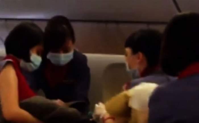 VIDEO / Au apucat-o chinurile facerii în călătorie! O femeie a născut o fetiţă în AVION! Pasagerii au filmat totul