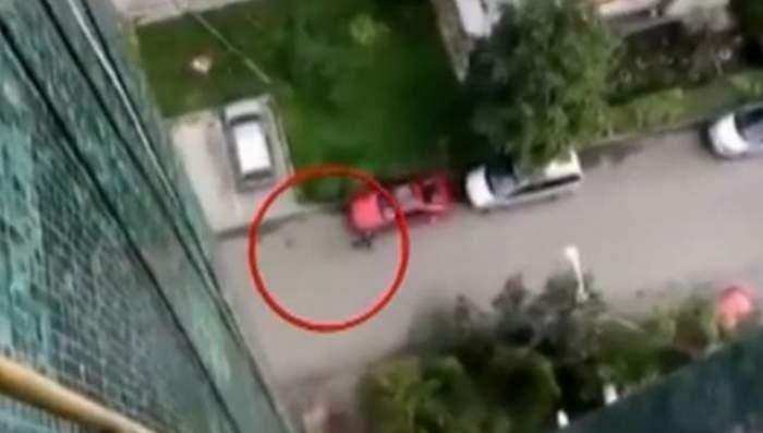 VIDEO / Inconștiență totală! Saci de gunoi plini cu apă, aruncați de la balcon în oameni!