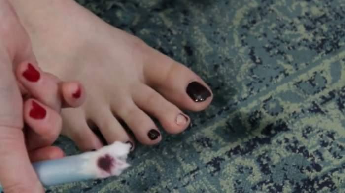 VIDEO / ÎNTREBAREA ZILEI - VINERI: Cum să îţi cureţi unghiile de la picioare de ojă cu ajutorul unui tampon? Nu îţi vei mai strica manichiura