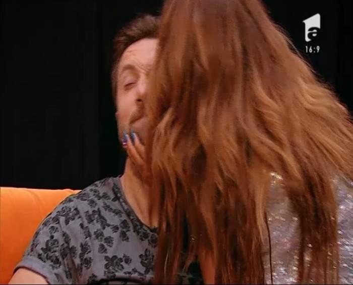 VIDEO / O concurentă de la X Factor l-a sărutat pasional pe Dani Oţil! Frumoasa a făcut furori