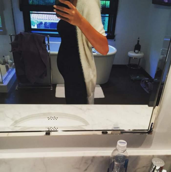 În urmă cu o săptămână, soţia unui artist celebru anunţa că este însărcinată. Azi şi-a surprins fanii cu prima imagine cu burtica de gravidă