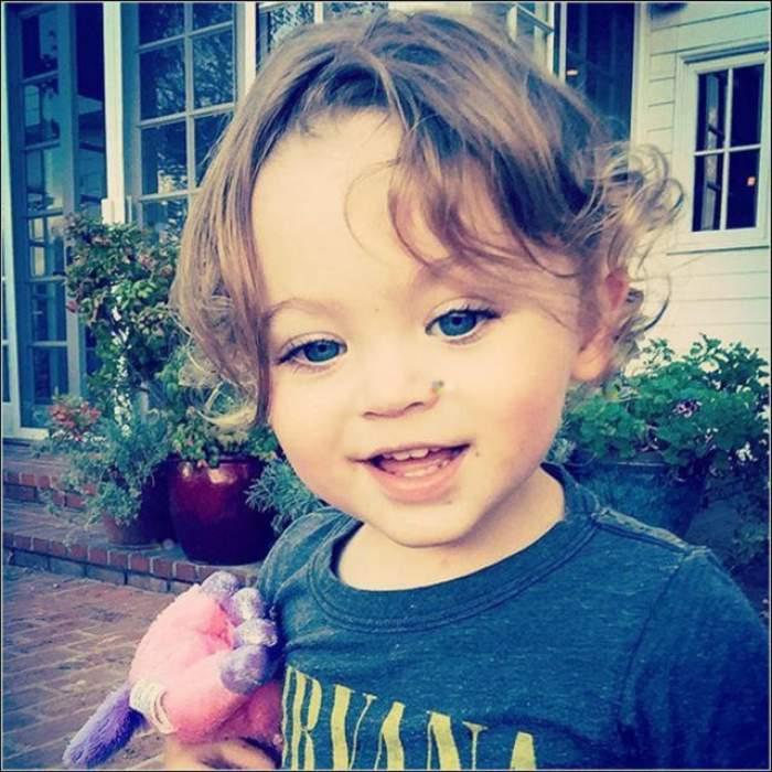 Nu-i aşa că e drăguţ acest băieţel? Mama lui este una dintre cele mai frumoase acriţe de la Hollywood! Punem pariu că nu o să ghiciţi cine esti!