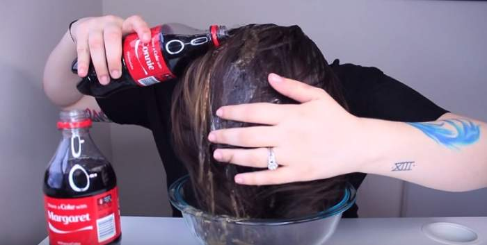 VIDEO / ÎNTREBAREA ZILEI: VINERI - Ce se întâmplă dacă te speli pe cap cu cola?
