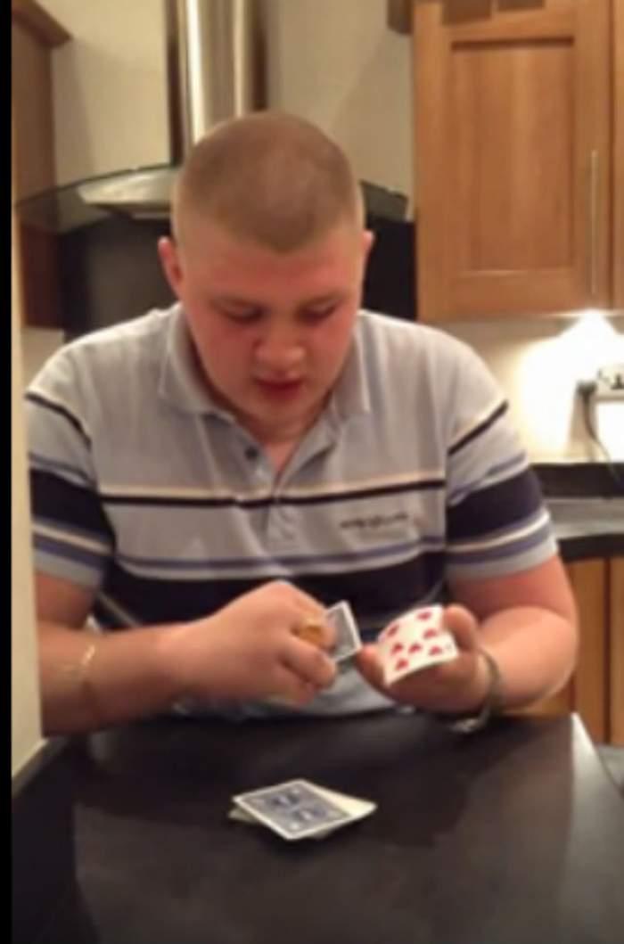 VIDEO / Nu are degete, dar e maestru în magie! Ce poată să facă acest bărbat cu un pachet de cărţi depăşeşte orice imaginaţie