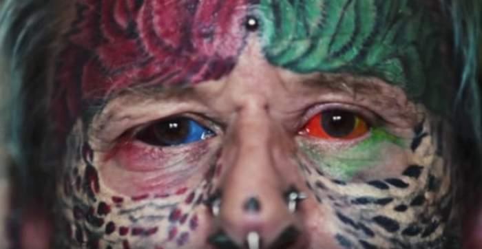 VIDEO / I se spune omul papagal! În această imagine vezi doar o mică parte din cum arată! Ai curaj să-i vezi tot corpul?