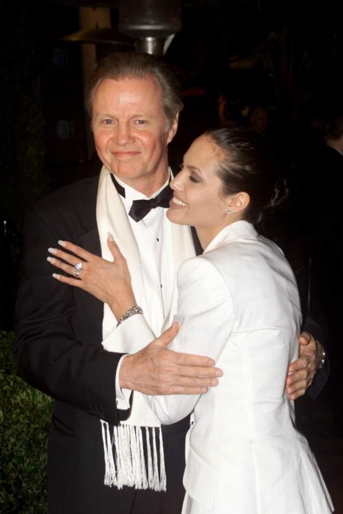 Sângele apă nu se face! Angelina Jolie şi tatăl ei au îngropat securea războiului
