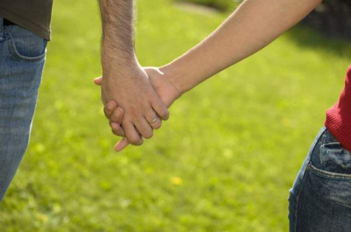 ÎNTREBAREA ZILEI - VINERI: Care este cuvântul cheie care face căsniciile fericite?