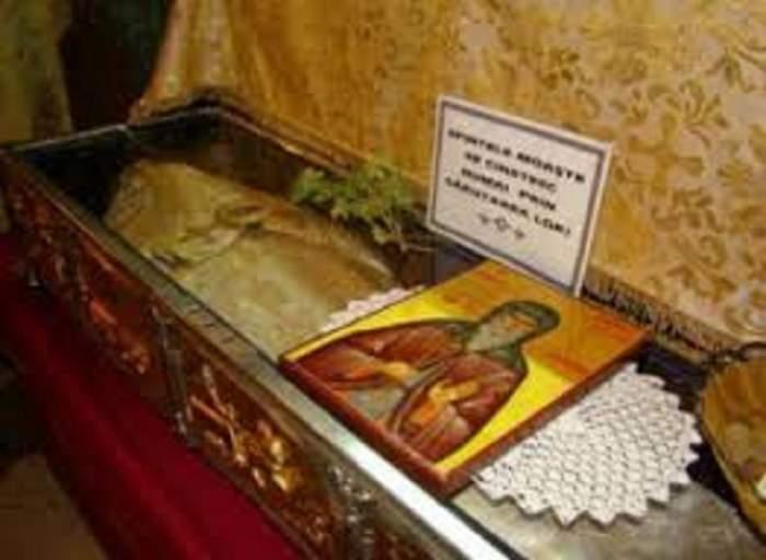Mii de pelerini îndură frigul mai bine de 16 ore pentru a se ruga la moaştele Sf Dumitru! Până când vor rămâne acestea pe Dealul Patriarhiei