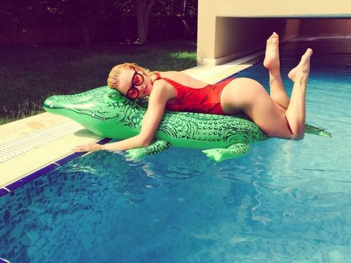 Vine iarna, dar Alexandra Stan este mai fierbinte ca niciodată! Cântăreaţa le-a arătat fanilor cât de mari sunt sânii ei