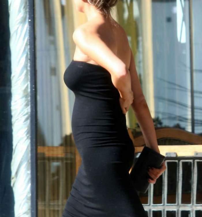 Începe să se vadă! O celebră blondină din showbiz, cu burtica de gravidă pe străzile oraşului