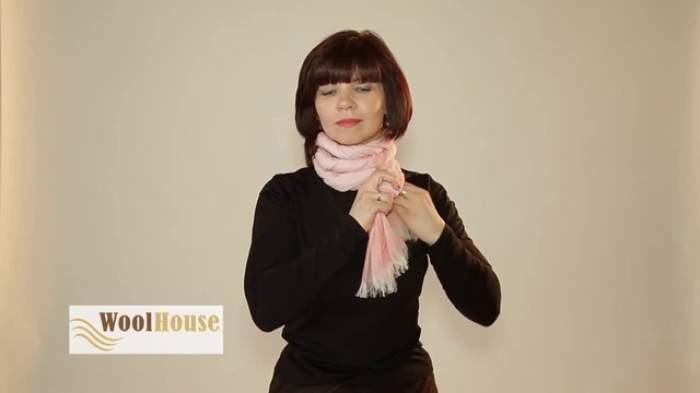 VIDEO / Super truc. Cum să faci din eşarfă un accesoriu cu care să atragi toate privirile